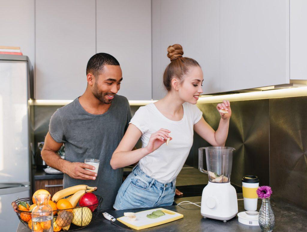 pareja haciendo un batido en la cocina