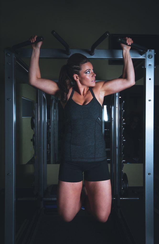 Mujer haciendo pesa - para quemar grasa - dietas para adelgazar